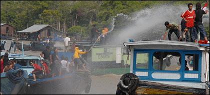 Foto : wikipedia.org / Belimbur, acara puncak dari Erau dengan saling siram-menyiram.