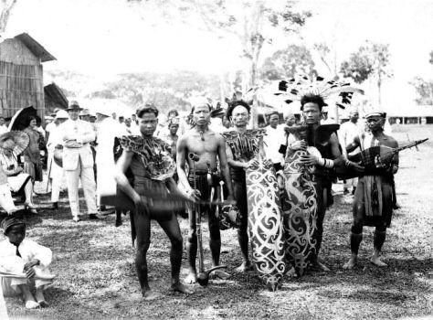 Foto : wikipedia.org / Suku Dayak yang berpartisipasi dalam upacara Erau di Tenggarong